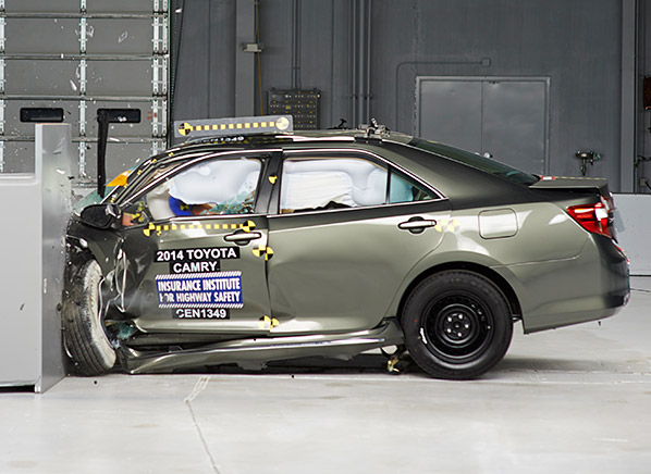 Toyota Camry Lolos Uji Kecelakaan