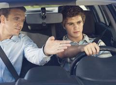 aprendendo a andar de carro com o instrutor